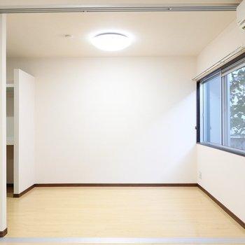 隣には3.7帖の洋室。引き戸を開けることで14.9帖のワンルームに!