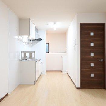 LDKは11.2帖。玄関側にはスッキリとした壁付けキッチン。
