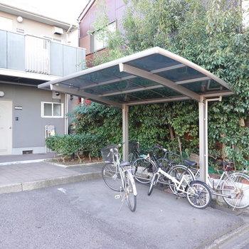 お部屋の前には駐輪場が。駐車場やゴミ置き場も敷地内にありますよ。