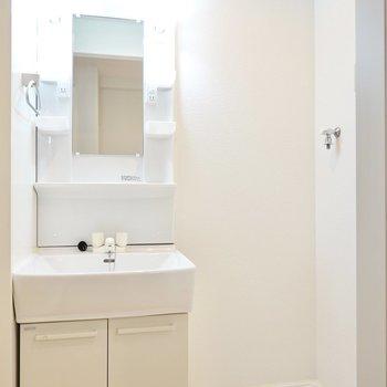 綺麗な洗面台があるのも嬉しい。洗濯機置場もすぐ隣に。(※写真は2階の同間取り別部屋のものです)