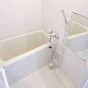 お風呂もコンパクトですが、とても綺麗にされています。(※写真は2階の同間取り別部屋のものです)