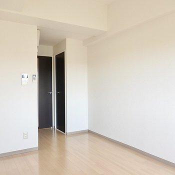 収納はドア側にひとつ。(※写真は2階の同間取り別部屋のものです)