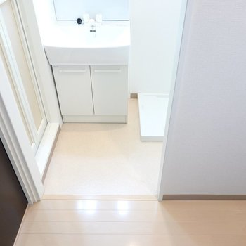 脱衣所はキッチンの反対側に。脱衣スペースはコンパクトですがしっかり確保されています。(※写真は2階の同間取り別部屋のものです)