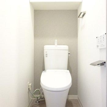 トイレはシュッとしたスタイル。ウォシュレット付いてます◎(※写真は13階の反転間取り別部屋のものです)