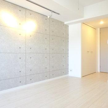 クローゼットは縦に!その分壁が増えて家具が置きやすいです◎(※写真は13階の反転間取り別部屋のものです)