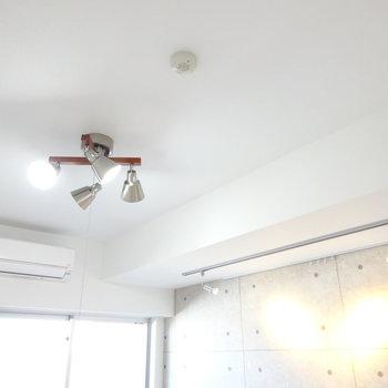 スポットライトとシーリングライトのコンビ。(※写真は13階の反転間取り別部屋のものです)