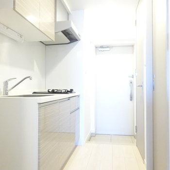 キレイでピカピカなキッチン。冷蔵庫スペースもちゃんとあります◎(※写真は13階の反転間取り別部屋のものです)