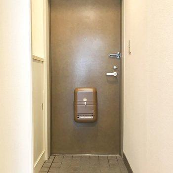 玄関ドアのこの重ためデザイン好き。※写真は2階の同間取り別部屋のものです