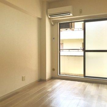 優しい色合いの床。※写真は2階の同間取り別部屋のものです
