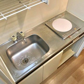 キッチンはコンパクトに。※写真は2階の同間取り別部屋のものです