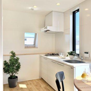 【DK】キッチン後ろには冷蔵庫が置けます。※写真の家具・雑貨はサンプルのものです