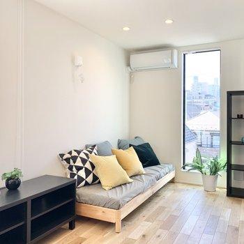 【洋室】ベッドはシングルサイズにすると、導線がスムーズに。※写真の家具・雑貨はサンプルのものです