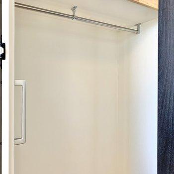【DK】ハンガーポールには丈の長い洋服が掛けられます。