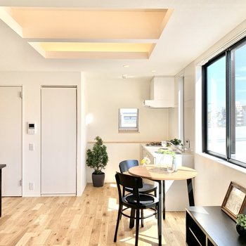 窓が多いので昼間は電気を点けずに過ごせそう。【DK】※写真の家具・雑貨はサンプルのものです