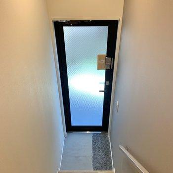 玄関土間は少しコンパクトかな。スモークガラスで圧迫感はありませんね。