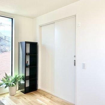 【洋室】引き戸を開けると脱衣所です。※写真の家具・雑貨はサンプルのものです