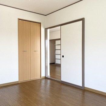 【洋室②】床と同じブラウンの枠がかっこいいですよ。