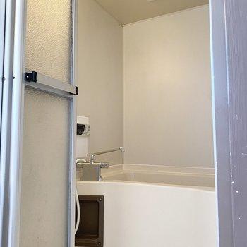 お風呂場はシンプルで清潔感があります。