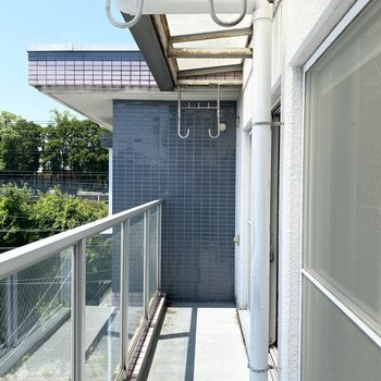 ガラス張りの柵が爽やかな印象のバルコニーで快適な洗濯を楽しんでくださいね。