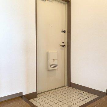 玄関のシューズボックスはお好みのものを置きましょう。