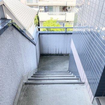 アクセスはこちらの階段のみですが、幅はゆったりとしています。