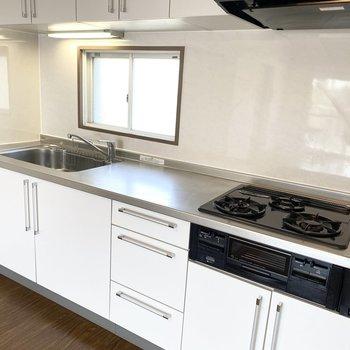 グリル付き3口コンロ、広々シンクと調理スペースがしっかりと確保させてますね。