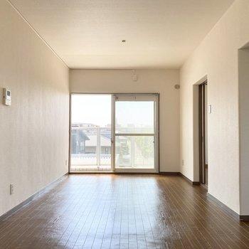 【リビング】ブラウンの床が◎ 床と同じ色の家具で拘りたいですね。