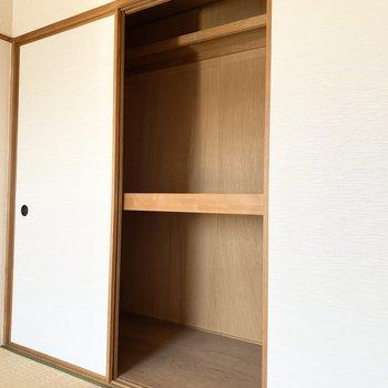 【和室】大容量の押し入れで、気にせず収納できますよ。
