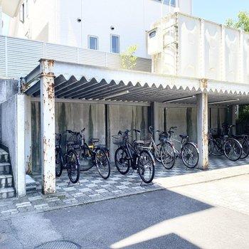 建物の奥に自転車置き場があります。横の階段からもお部屋に行き来できます。