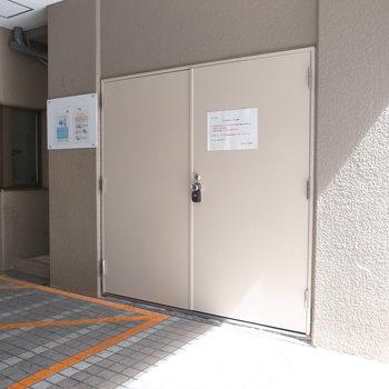 【共用部】ゴミ置き場も入り口の近くです。