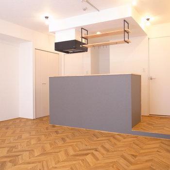 立方体、くらいのこのシンプルさがすきです。キッチン周りは数センチの段差になっています。