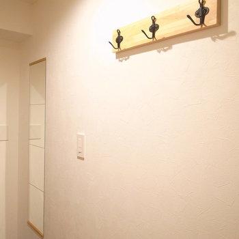 右の壁には姿見とフックがありますよ。