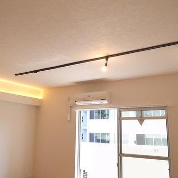 ダクトレールに、壁際の間接照明。頭上にもこだわりを。