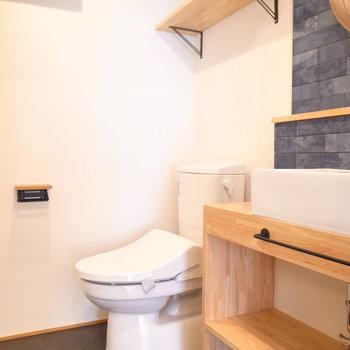浴室をでて左前にトイレがあり、