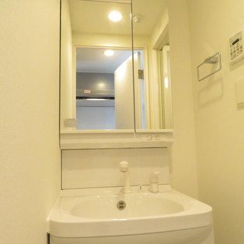 収納たっぷりの洗面台。(※写真は7階の同間取り別部屋のものです)