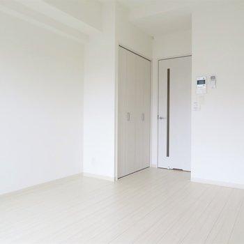 真っ白でシンプルな空間。(※写真は7階の同間取り別部屋のものです)