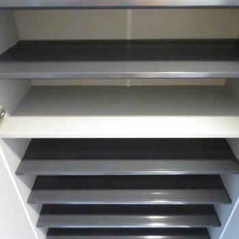 シューズボックスは大容量です。(※写真は7階の同間取り別部屋のものです)