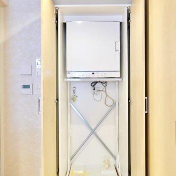 洗濯機置場はキッチンの後ろの扉の中に。しかも乾燥機があらかじめ設置されています!