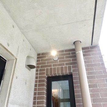窓は外からも鍵の開け閉めが可能。ライトがあるので暗い時間に帰ってきても安心です。
