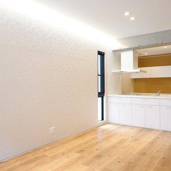 照明はダウンライトと「コーニス照明」と呼ばれる壁面を照らすライト。