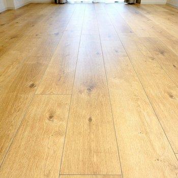 床は無垢材のようなフローリング。しかも、【床暖房付き】なんです!