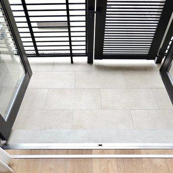 LDKの窓は両開きのドア。開くとテラスへと出ます。