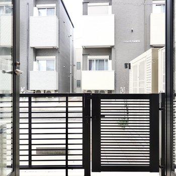 目の前には住宅があるので戸締まりや視線対策はしっかりと。