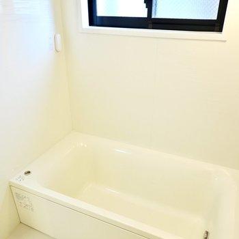 追い焚き付きなので、広いお風呂をゆっくり楽しめます。雨の日に嬉しい浴室乾燥機も付いています。