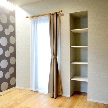 ドア側には窓と可動棚。暮らしの中にアートを溶け込ませることができます。