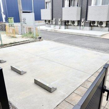 フェンスには扉が付いていて、そのまま駐車場へと出られるようになっています。