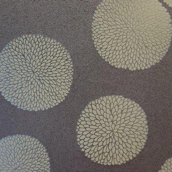 【ディテール】北側の洋室のアクセントクロスは水玉模様ですがどこか和柄の雰囲気があります。