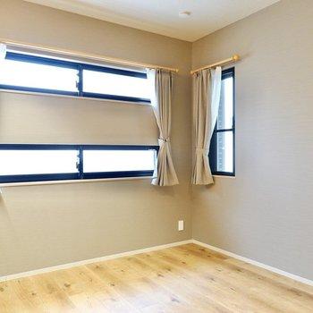 ベースの壁紙はスモーキーなグレーで安らぎ感を演出。小窓からは朝起きるのにちょうど良い量の光が差し込みます。