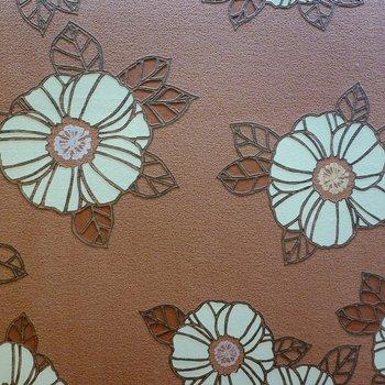 【ディテール】東側の洋室のアクセントクロスは立体造形の花柄。