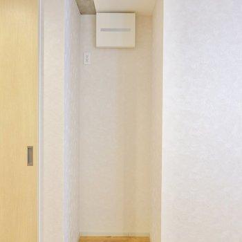 冷蔵庫置場は壁際に。高さのある冷蔵庫でもスッキリと収まります。